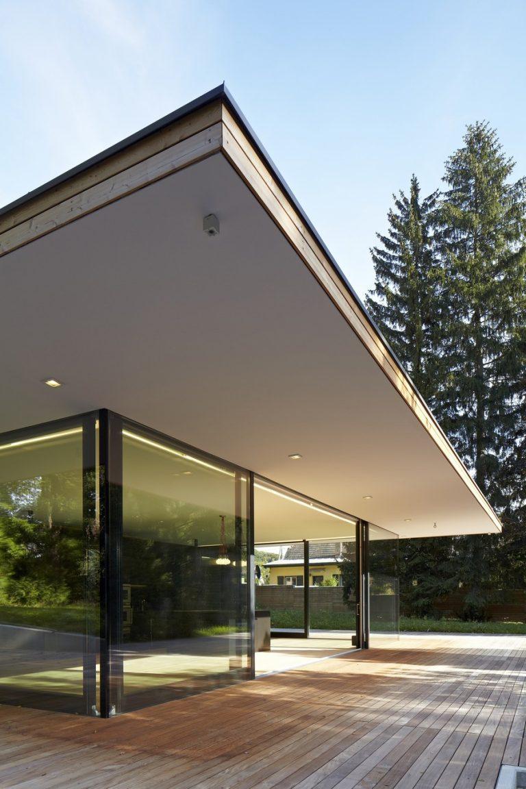exterieur d'une maison cubique neuve et moderne en espagne
