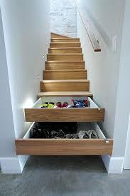 Tiroirs sous les marches de l'escalier