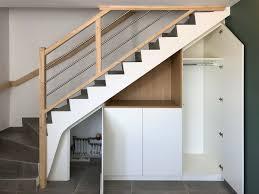 placard sur mesure sous un escalier