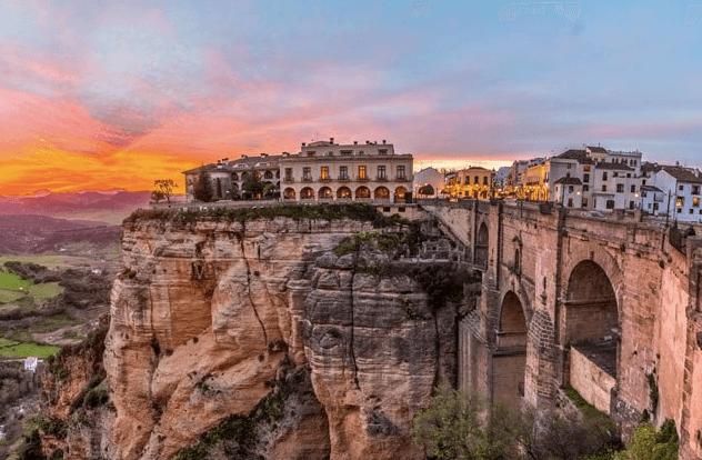 Vue de l'autre côté du pont sur Ronda y Grazalema, entre Malaga et Cadiz