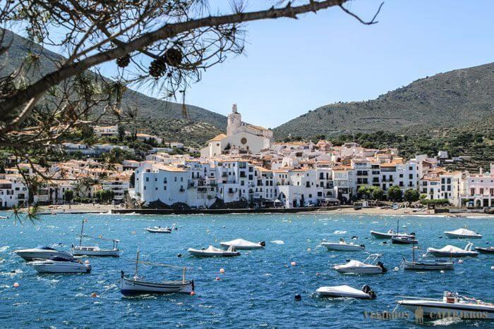 vue sur des bateaux dans la mer et la ville blanche de Cadaques