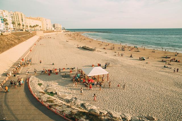 Plages de Cadiz en fin de journée avec des baigneurs