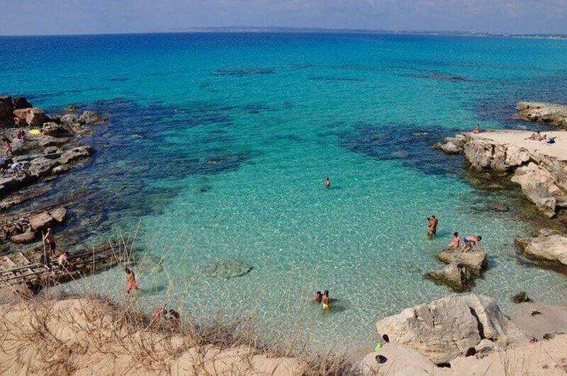 personnes qui se baignent dans la Crique de Formentera