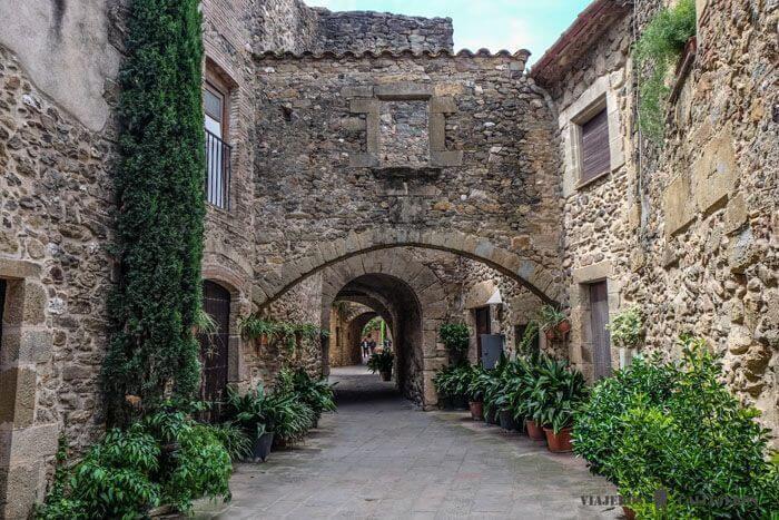 rue pavée de Monells avec ses maisons en pierres