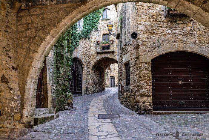rue pavée de Pals avec ses maisons en pierres