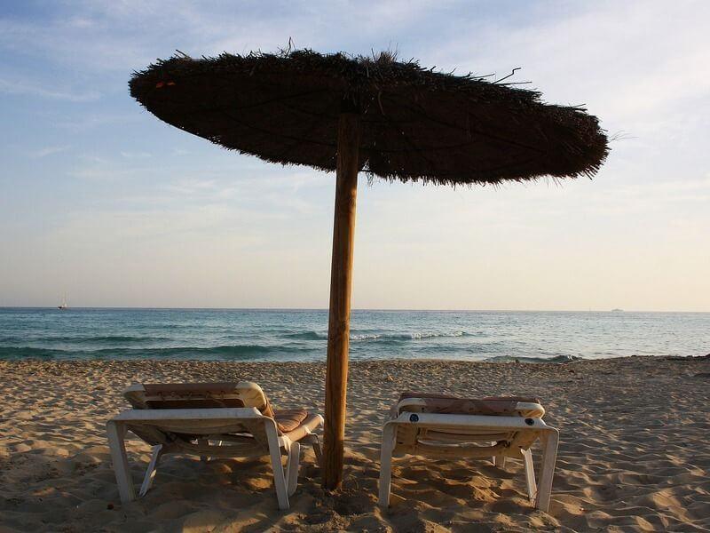 parasol et transats sur la plage migjorn