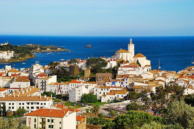 Ville de Cadaques avec ses maisons blanches et la mer