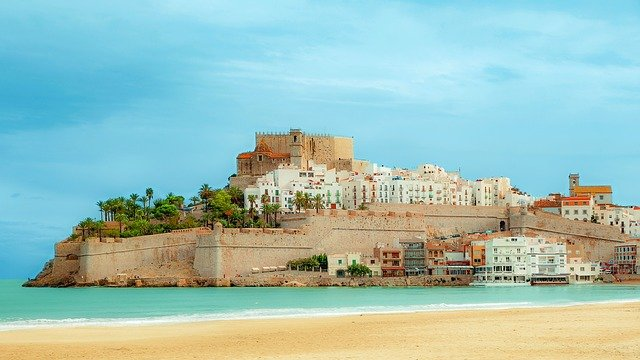 Ville de Castellon entourée par la mer