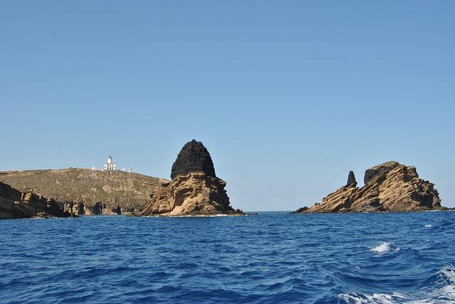 photo depuis la mer et vue sur les rochers