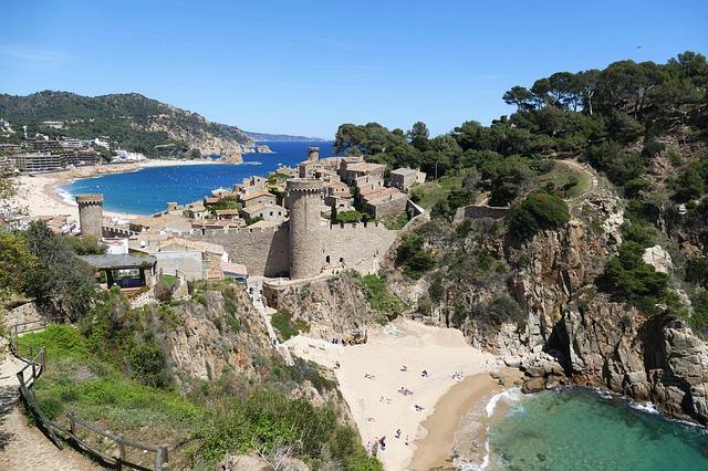 Vue sur deux plages et la ville de Tossa de mar