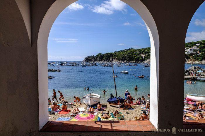 plage en plein été avec des baigneurs et des bateaux à à Calella de palafrugell
