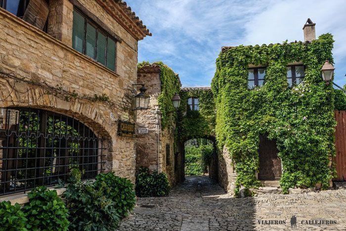 rue pavée et maisons en pierres à Peretallada