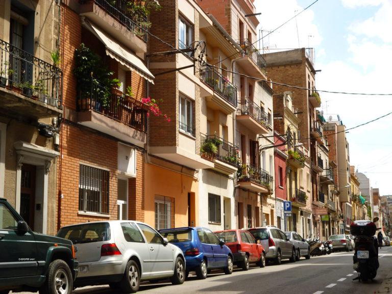 rue passante avec des voitures dans le quartier d'El clot Barcelone