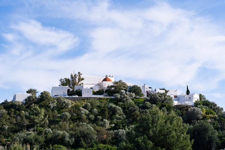 Maisons blanches entourées d'arbres à Euralia
