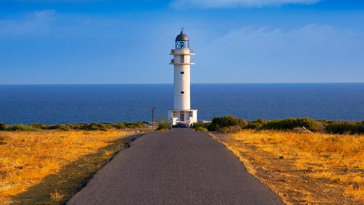phare blanc avec vue sur mer