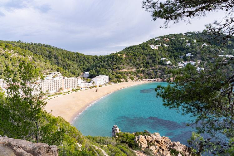 Vue sur une plage et la mer d'Ibiza