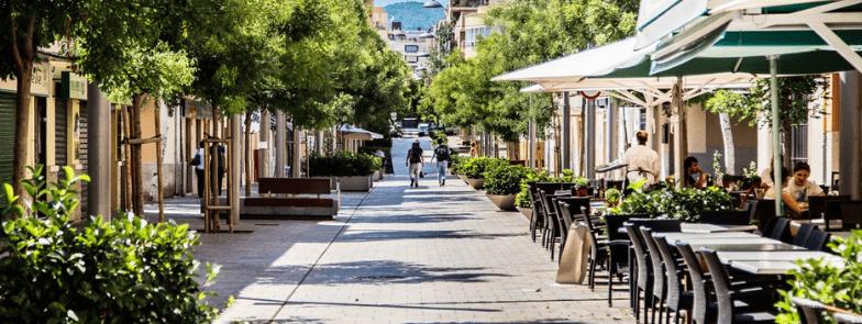 rue commerçante dans le quartier santa catalina fabrika