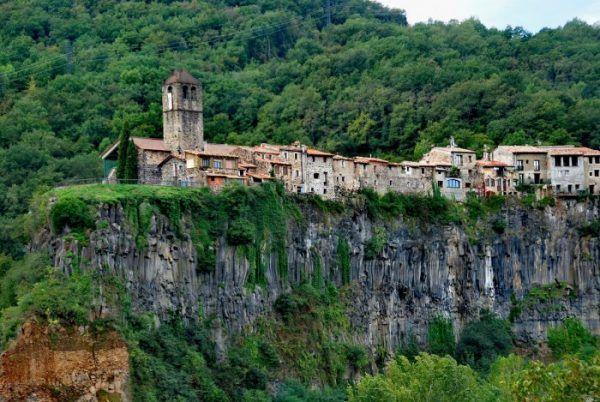 village perché sur une colline