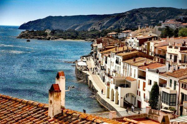Village avec des maisons blanches vue sur mer en Espagne