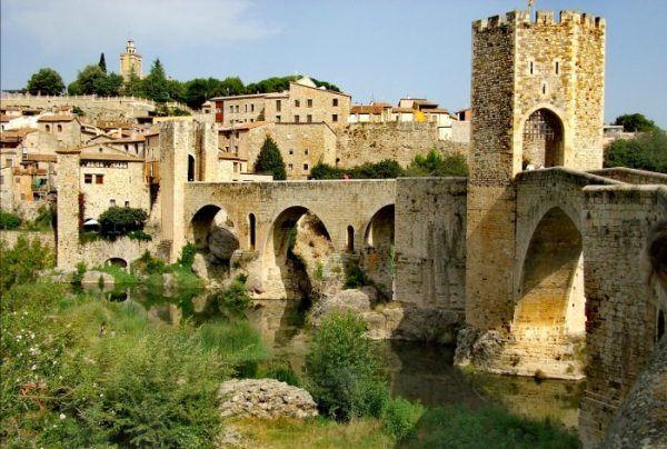 village en pierre avec un pont