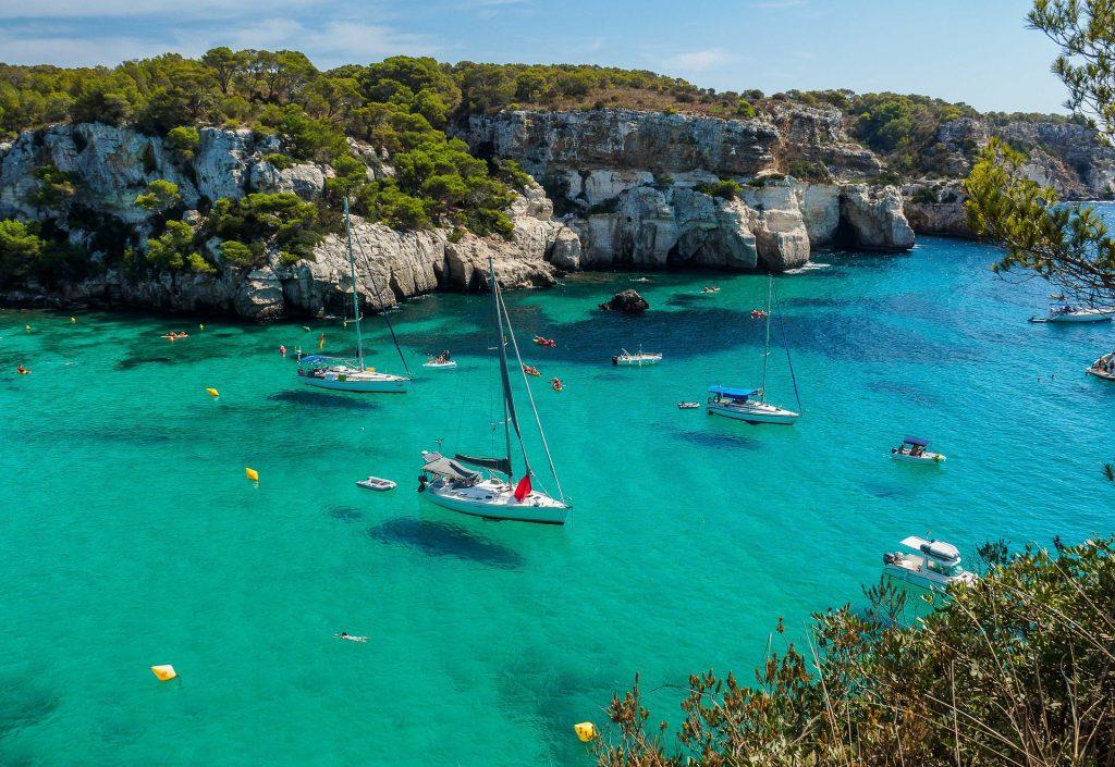 Cala Macarella à Minorque Bateaux sur l'eau turquoise de la mer Méditerranée